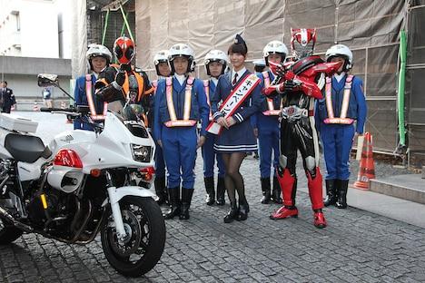 クイーンスターズのメンバーと並ぶ内田理央(中央)。