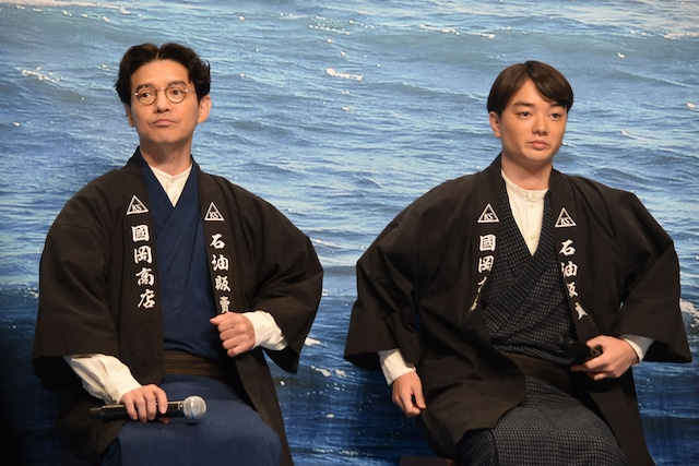 """""""山崎組アベンジャーズ""""と紹介された吉岡秀隆(左)、染谷将太(右)。"""