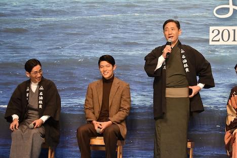 野間口徹(左)を「気配を消したら日本一」と紹介する小林薫(右)。