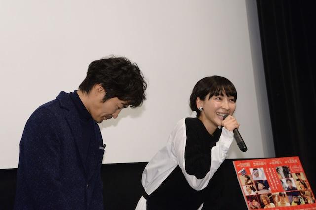 麻生久美子(右)から「明るくて驚いた」と言われ、急に大人しくなる安田顕(左)。