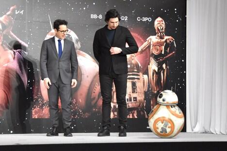 左からJ.J.エイブラムス、アダム・ドライバー、BB-8。