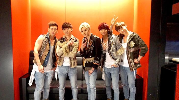 NU'ESTメンバー。左からベクホ、アロン、レン、JR、ミンヒョン。