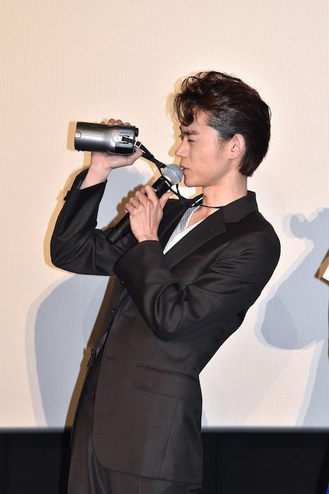 中島裕翔にカメラを向ける菅田将暉。