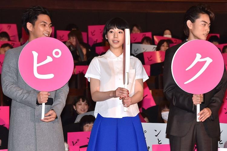 「ピンクとグレー」初日舞台挨拶の様子。左から柳楽優弥、夏帆、菅田将暉。