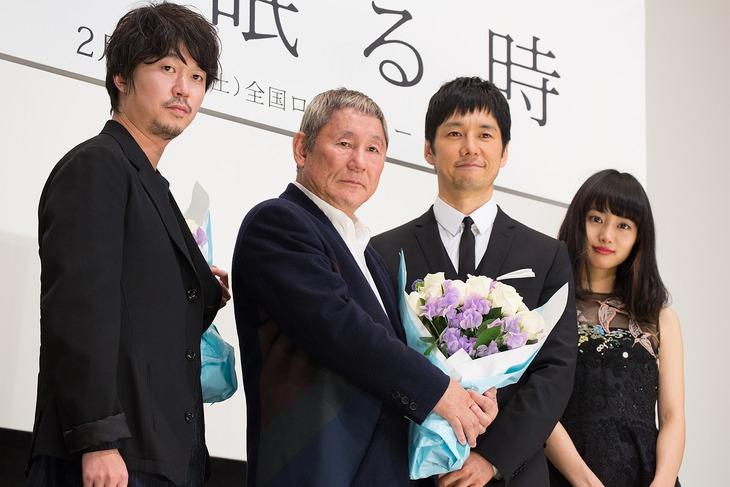 「女が眠る時」試写会舞台挨拶の様子。左から新井浩文、ビートたけし、西島秀俊、忽那汐里。
