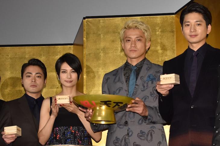 「信長協奏曲」初日舞台挨拶の様子。(左から)山田孝之、柴咲コウ、小栗旬、向井理。