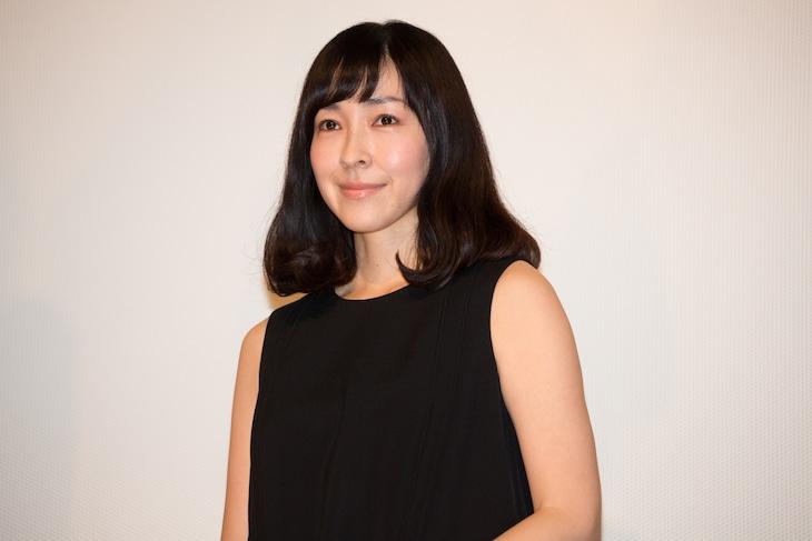 2016年1月30日、「俳優 亀岡拓次」の初日舞台挨拶での麻生久美子。