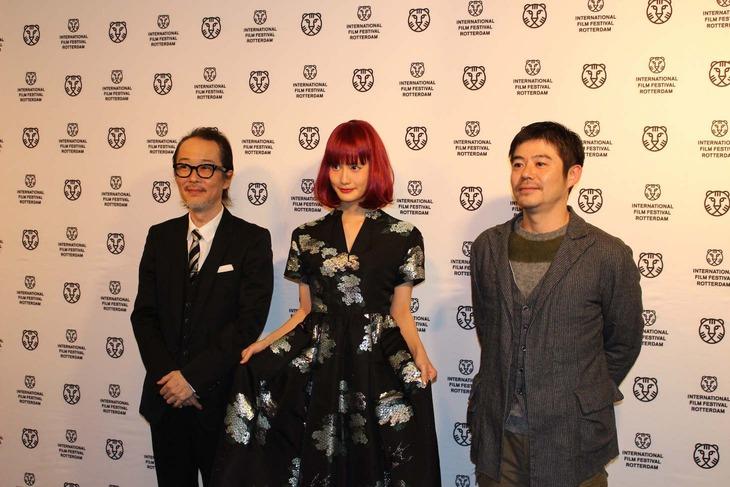 第45回ロッテルダム国際映画祭に出席したリリー・フランキー(左)、橋本愛(中央)、坪田義史(右)。