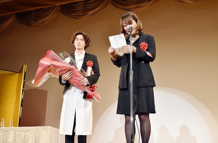 遠藤憲一からの手紙の内容に聞き入る菅田将暉(左)。