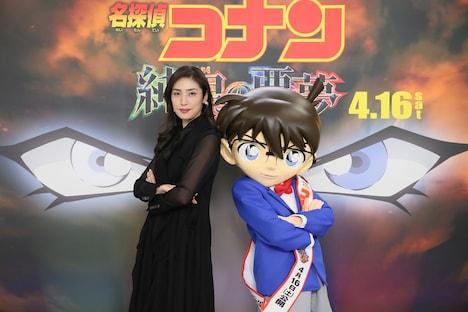 左から天海祐希、江戸川コナン。(c)2016 青山剛昌/名探偵コナン製作委員会