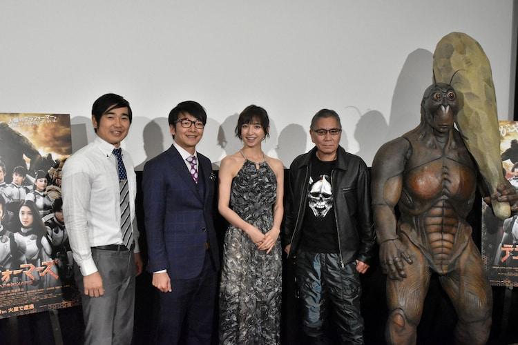 (左から)ハマカーンの浜谷健司と神田伸一郎、篠田麻里子、三池崇史、テラフォーマーの着ぐるみ。