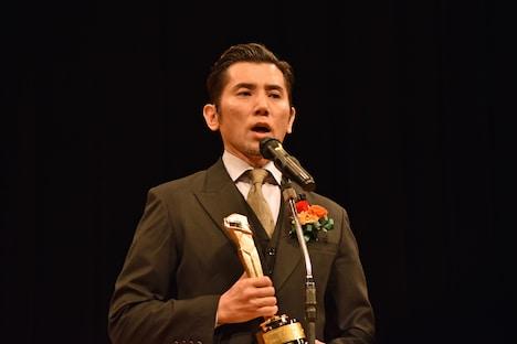 助演男優賞を受賞した本木雅弘。
