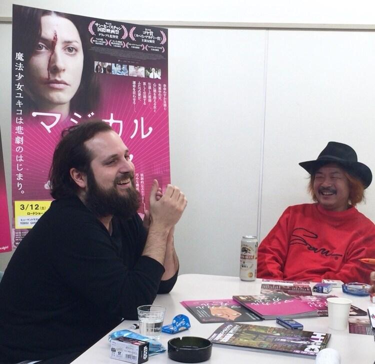 カルロス・ベルムト(左)と園子温(右)の対談風景。