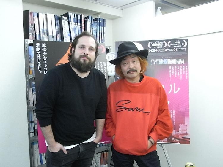 「マジカル・ガール」監督のカルロス・ベルムト(左)と、対談相手の園子温(右)。