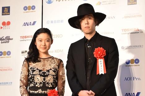 左から藤野涼子、野田洋次郎。
