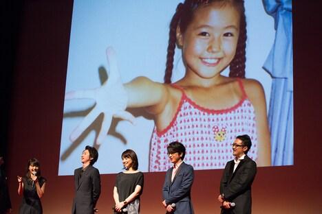 幼少時の自分の写真を見て「髪型を変えたい」と言う有村架純(左)。