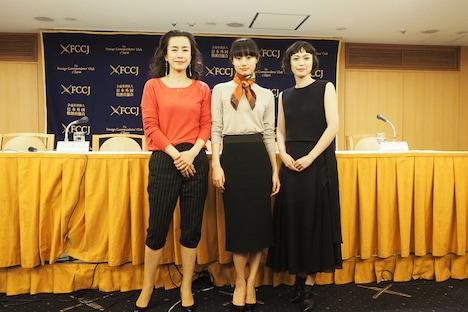 「女が眠る時」記者会見の様子。左から渡辺真起子、忽那汐里、小山田サユリ。