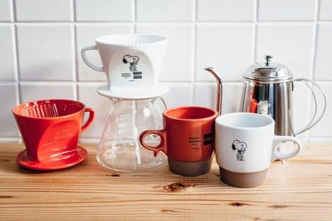 Kalitaのコラボ商品。左からHASAMIコーヒードリッパー、ガラスサーバー、HASAMIマグカップ、ドリップポット。(c)Peanuts Worldwide LLC