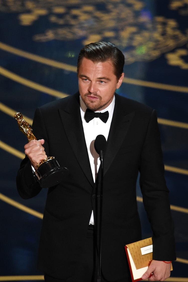 第88回アカデミー賞授賞式にて、オスカー像を手にしたレオナルド・ディカプリオ。(c)Getty Images