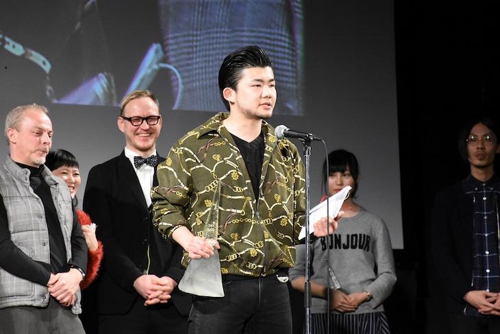 ゆうばり国際ファンタスティック映画祭2016クロージングセレモニーの様子。「孤高の遠吠」でオフシアター・コンペティション部門のグランプリを獲得した小林勇貴。