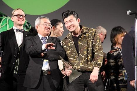 前列左から審査員長の柏原寛司、グランプリ受賞者の小林勇貴。