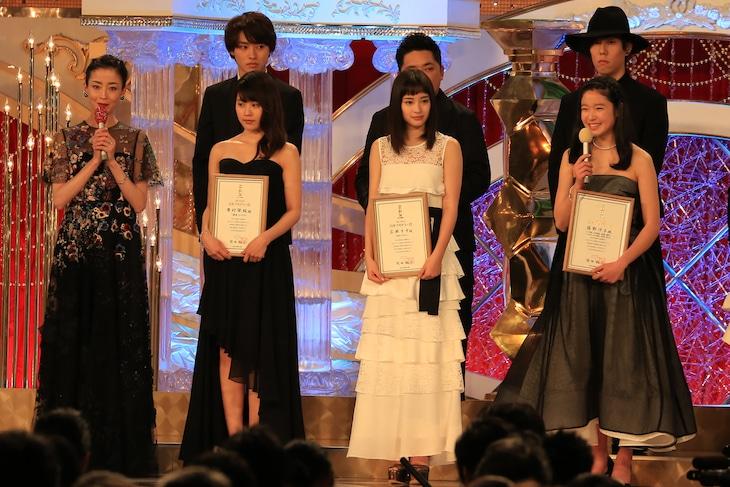 司会の宮沢りえ(左端)と、日本アカデミー賞新人賞受賞者たち。