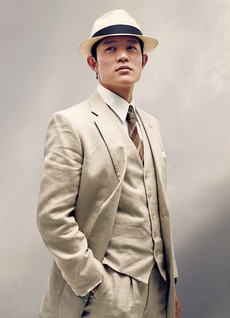 武知甲太郎役の鈴木亮平。