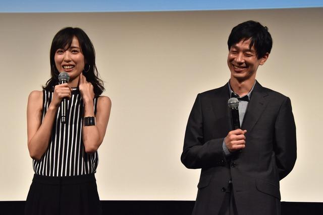 撮影現場での思いを明かす戸田恵梨香(左)とそれを笑顔で聞く加瀬亮(右)。
