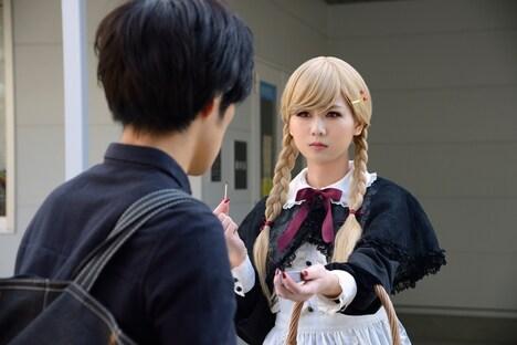 「燐寸少女 マッチショウジョ」より、佐藤すみれ演じるリン(右)。