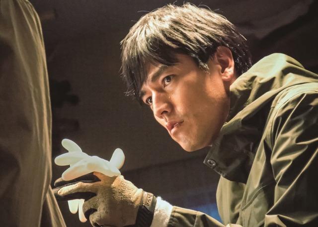 「探偵ミタライの事件簿 星籠の海」より、要潤演じる小坂井准一。