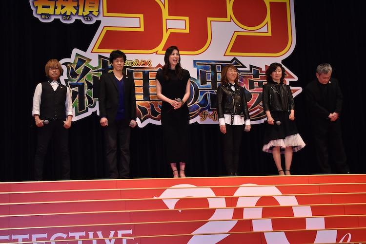 「名探偵コナン 純黒の悪夢(ナイトメア)」完成披露試写会の様子。左から古谷徹、小山力也、天海祐希、高山みなみ、山崎和佳奈、池田秀一。