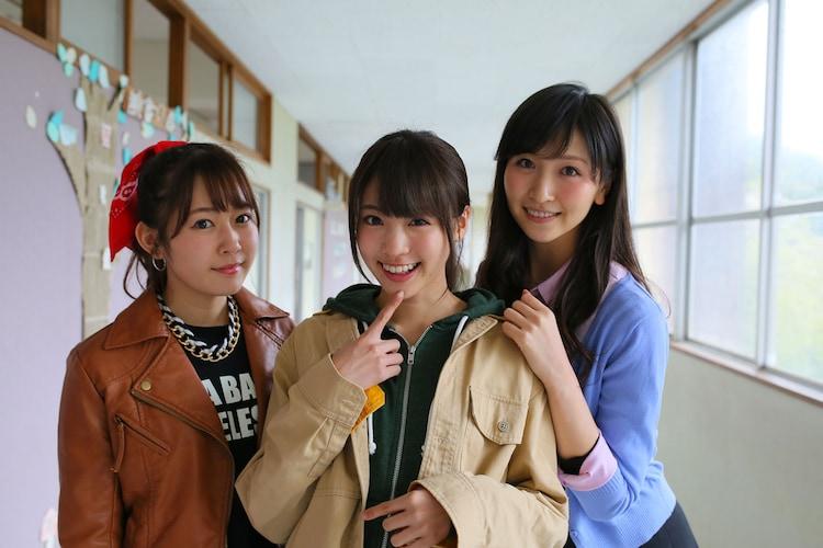 「トイレの花子さん新章 ~花子 VS ヨースケ~」撮影現場にて、左から多田愛佳、志田友美、横山ルリカ。