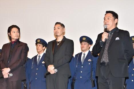 現場を振り返るピエール瀧(右)とそれを静かに聞く綾野剛(左)、YOUNG DAIS(中)。