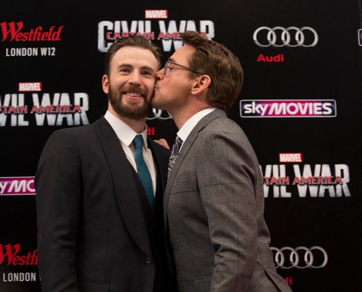 「シビル・ウォー/キャプテン・アメリカ」UKプレミアにて、クリス・エヴァンス(左)の頬にキスするロバート・ダウニー・Jr.(右)。