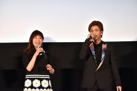 「この2人、どうにかなるんじゃないかと思いました」と言われ、笑う高畑充希(左)と岩田剛典(右)。