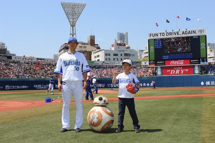 5月5日に行われた始球式の様子。左から下園辰哉、BB-8、石川大悟くん。