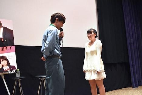 じゃんけん大会の優勝者へ、「僕じゃダメかな?」という日下部の名ゼリフを披露した吉沢亮(左)。