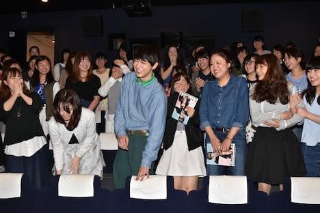 至近距離での写真撮影に大混乱するファンをたしなめる吉沢亮。