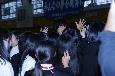 生徒たちにもみくちゃにされる山崎賢人。
