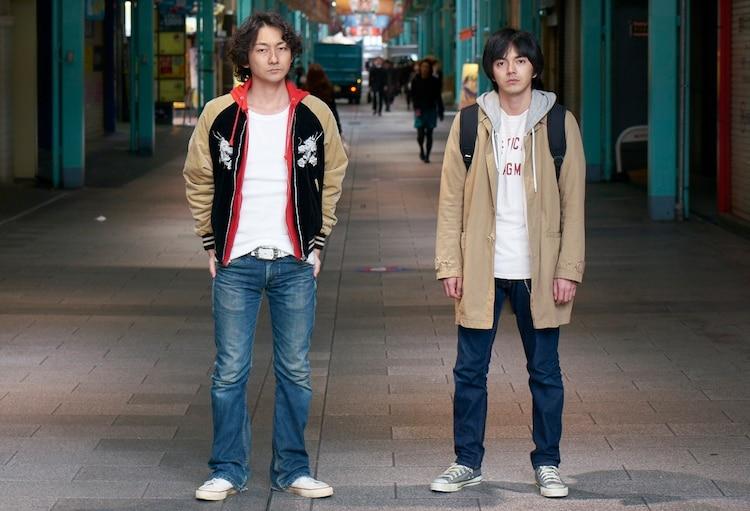 Netflixオリジナルドラマ「火花」より、波岡一喜演じる先輩芸人の神谷、林遣都演じる主人公の徳永(左から)。