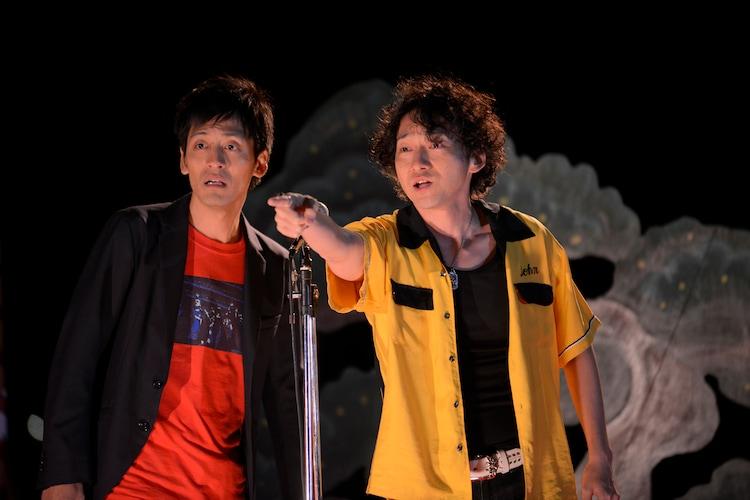 Netflixオリジナルドラマ「火花」より、熱海の花火大会で漫才を披露するあほんだら(左からとろサーモン村田、波岡一喜)。