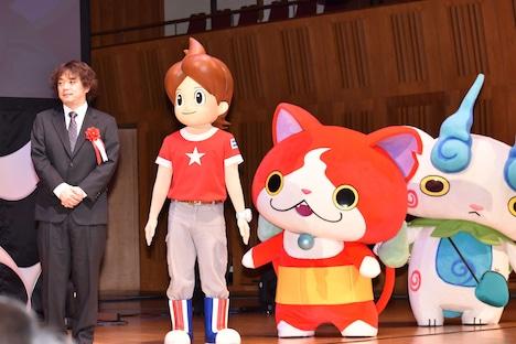 レベルファイブ代表取締役社長の日野晃博(左端)と、「妖怪ウォッチ」のキャラクターたち。