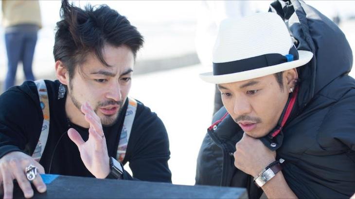 「恋のはじまり」MVの監督を務める山田孝之(左)とTEE(右)。