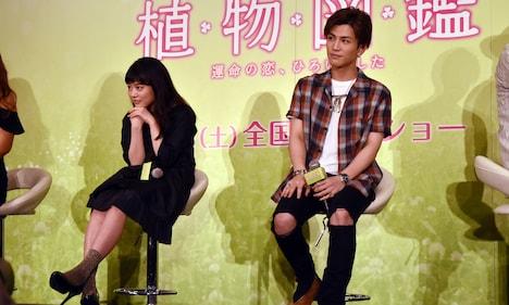 「植物図鑑 運命の恋、ひろいました」公開直前イベントより、カップルのプロポーズを見守る高畑充希(左)と岩田剛典(右)。