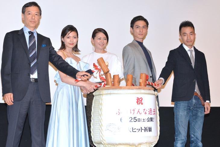 「ふきげんな過去」完成披露上映会にて、左から板尾創路、二階堂ふみ、小泉今日子、高良健吾、前田司郎。