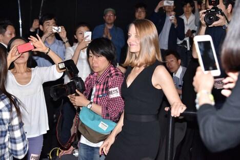 日本のファンに迎えられたジョディ・フォスター(中央右)。