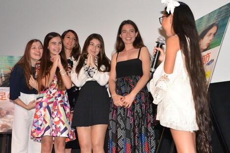 10歳のLara(右)にメロメロの様子の「裸足の季節」監督と女優陣。
