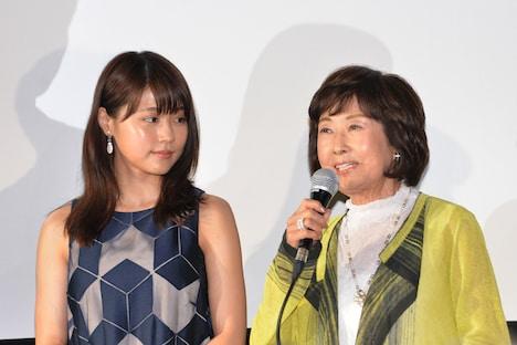 吉行和子(右)の言葉に真剣に耳を傾ける有村架純(左)。