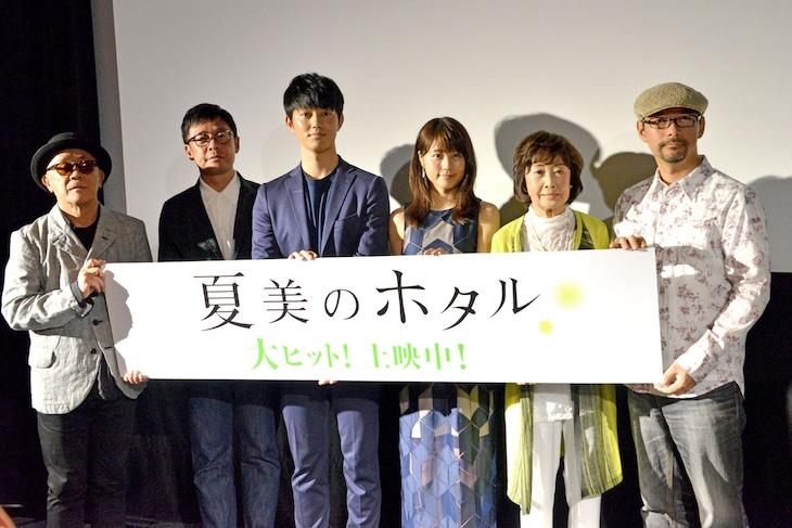「夏美のホタル」公開初日舞台挨拶にて、左から廣木隆一、光石研、工藤阿須加、有村架純、吉行和子、森沢明夫。