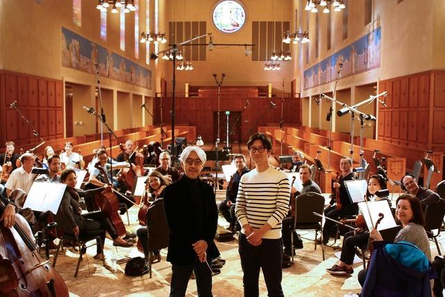 中央左から「怒り」の音楽を担当する坂本龍一、監督の李相日。